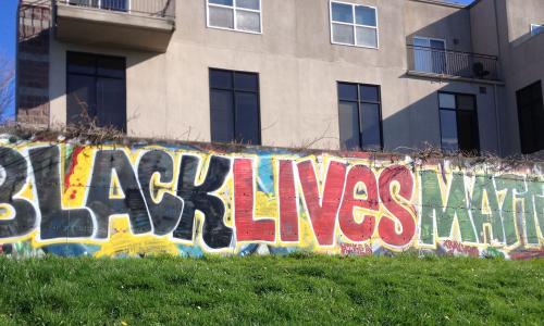 black-lives-matterの文字が入った写真