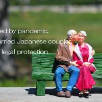 夫婦の写真の上にのWorried by pandemic, unmarried Japanese couples want legal protectionの印字