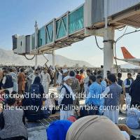 アフガニスタンの空港に人々が殺到している