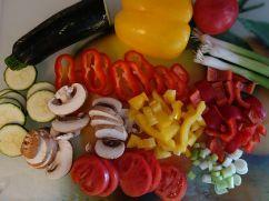 Gemüse für den Belag klein schneiden. Jetzt den Ofen vorheizen! ;)