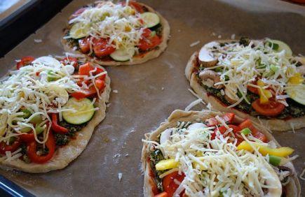 Wer mag, gibt noch Käse darauf. Ich nehme für Pizza gemischte frische Raspel von Edamer (oder Maasdamer) und - wichtig! - Parmesan! Natürlich frisch vom Stück gehobelt!