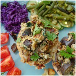 Auberginen-Rührei mit Gurken-Bohnen-Salat und Rohkost