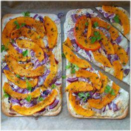 Flammkuchen mit Kürbis und violetten Zwiebeln