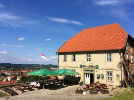 """Der Gasthof """"Obere Mühle"""" oberhalb von Blankenburg mit traumhaftem Blick! Der Stempelkasten für die Stempelstelle """"Barocke Gärten"""" ist links am Eingang zu finden."""