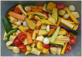 Gemüse in einer Wäschewanne ölen & würzen