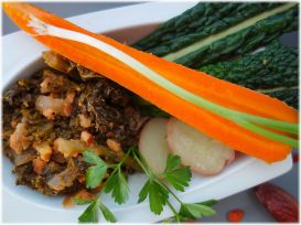 Grünkohl mit Räuchertofu, Datteln & scharfer Orangen-Kokosmilch-Sauce