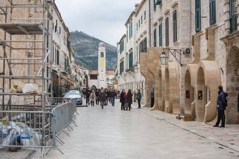 26.02.2016., Stradun, Dubrovnik - Priprema scenografije za snimanje filma Star Wars: Episode VIII. Zastitari cuvaju scenografiju. Photo: Grgo Jelavic/PIXSELL