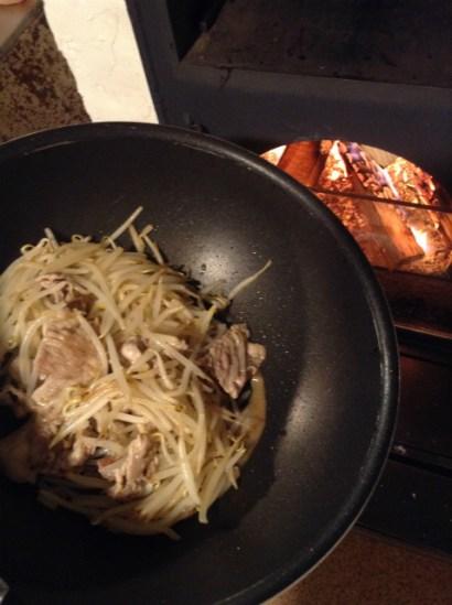 薪ovenで野菜炒め