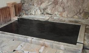 温泉の色 黒