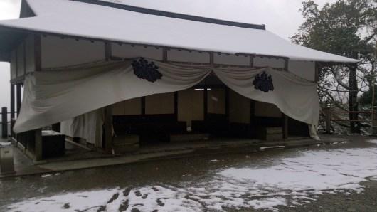鳳来寺山の本殿前の建物