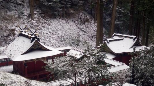 鳳来寺山の遊歩道からの東照宮裏