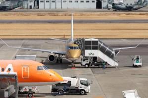 名古屋飛行場の旅客機金色01