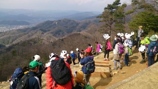 大文字山の展望台のパンダな観光客たち01