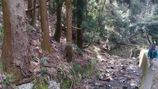 大文字山への道で水路と登山者