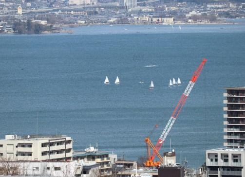 大津SAの展望台から撮影したヨット拡大02
