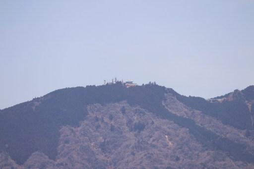 将軍塚の青龍殿から山の上の建物を撮影