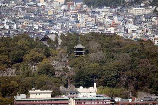 将軍塚の青龍殿から見えた三重の塔