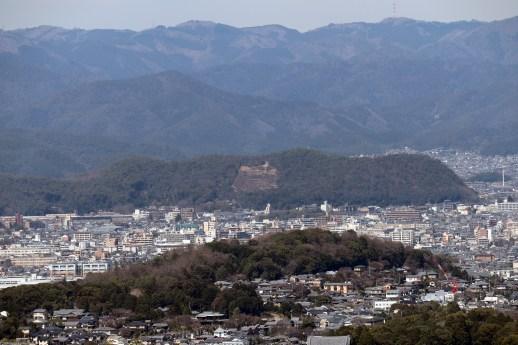 将軍塚の青龍殿から見える五山送り火の法の字の山