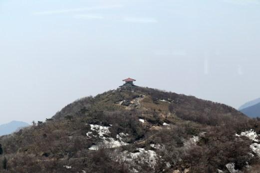 御在所9岳の山上で御嶽大権現の社を遠景