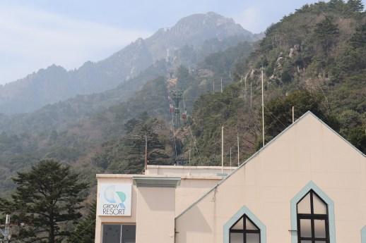 御在所1のロープウェイ乗り場から山頂を見上げる