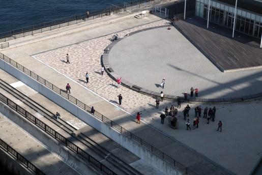2-3-2明石海峡の舞子プロムから見下ろしたお台場と人々