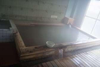 妙見館の元湯、熱い。木の浴槽はよい。天井から水滴が落ちる。ババンババンの湯。