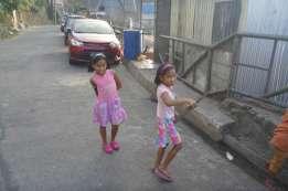 道中で子供が遊んでいる。
