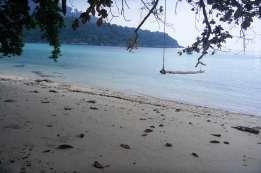 これはボートタクシーが停泊するのに掴まるところ。この写真の方向に泳ぐと立派な珊瑚群があった。