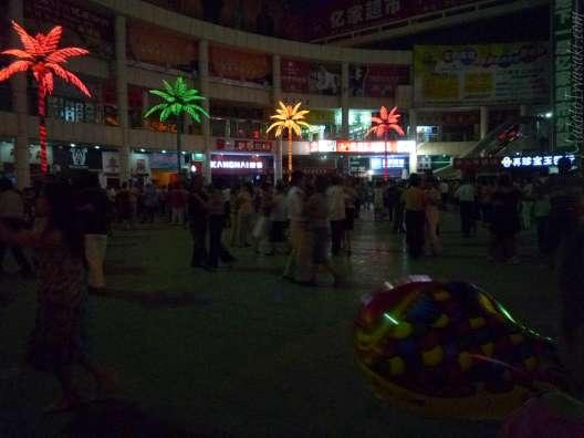 夜は漢民族の踊り場となる