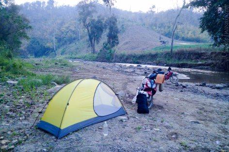 川原でキャンプ