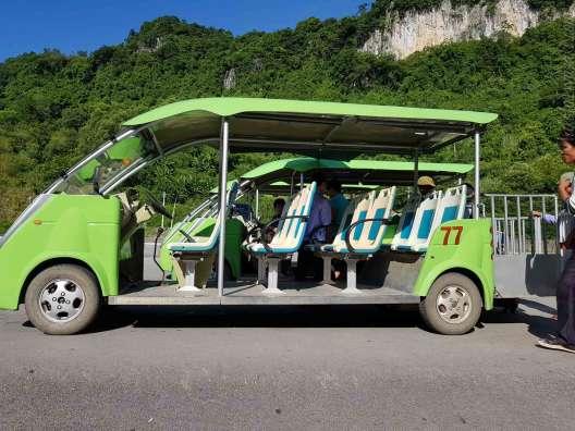 國境ベトナム側の建物を出るとすぐこのシャトルカーがある。12000ドンですぐ近くの1kmほどのところにあるバスターミナル」までしか行かない。3kmぐらい先のĐồng Đăngの街の市場まで2万ドンでバイクタクシーが行ってくれた。