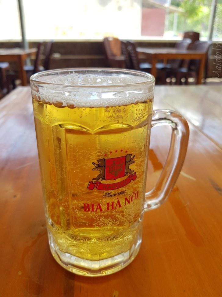 近くのビアホールでビール1万ドン