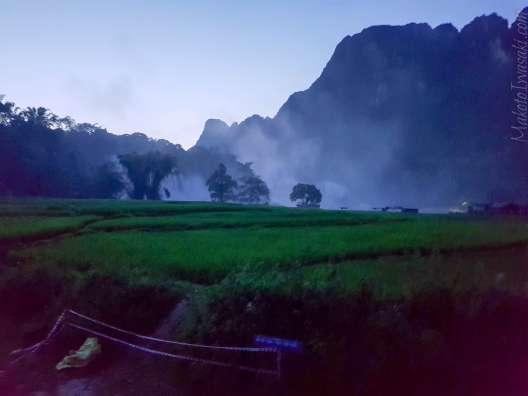 18:50 滝についたのは日没後だった。キャンプできる。
