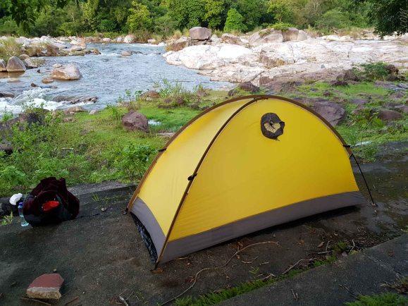 川の畔でキャンプが最高
