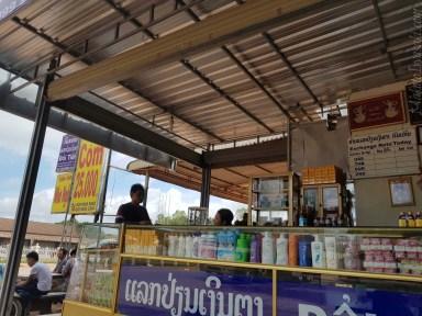 Lak Sao の食堂両替所