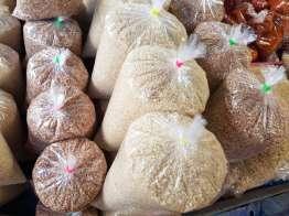赤い米がある。粒は短い。100R