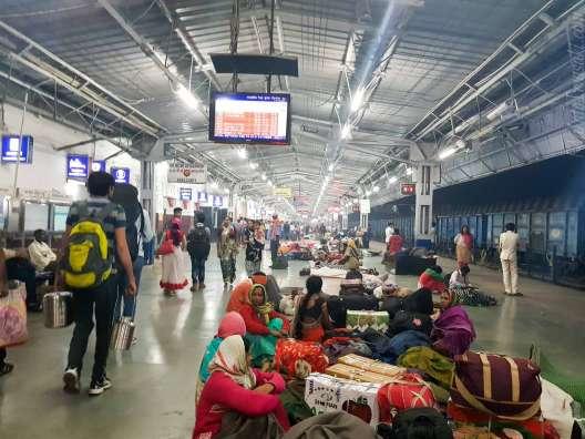 朝3時、Agra の駅着。空気が濁っている
