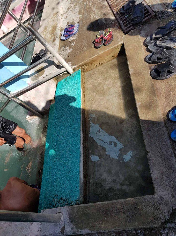 足洗い場。この水を変える時はバケツで掻き出す。そしてそのバケツで浴槽のお湯を掬って注ぐ。