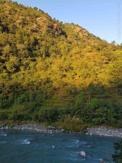 朝日に照らされる山