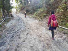 毎日1時間以上歩いてガラの学校へ通う