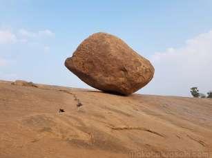 Krishna's Butter Ball 転がり落ちない巨大岩