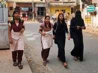 学校帰りの女。ヒンズー式とイスラム式が並んで歩く。チェンナイ