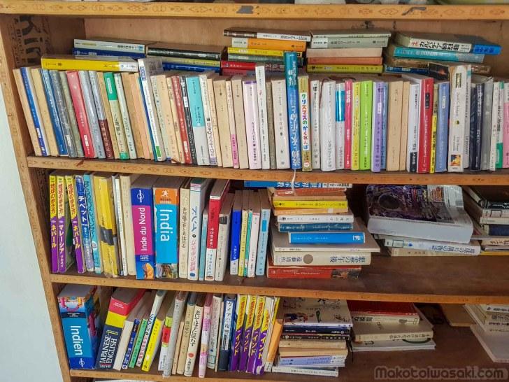 マナリの食、ふじ食堂に逆さまの本棚