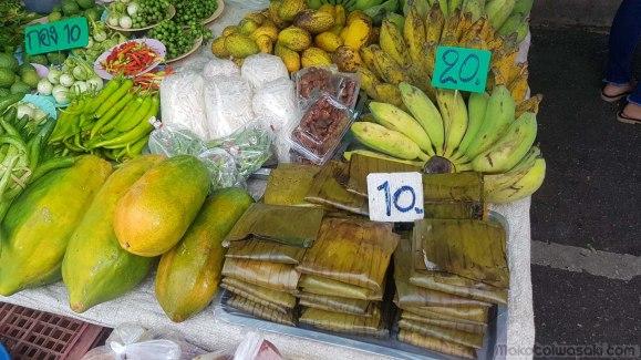このバナナの葉っぱに包まれた中に何がある? トゥアナオ、と言うので納豆、豆粒かと思ったら