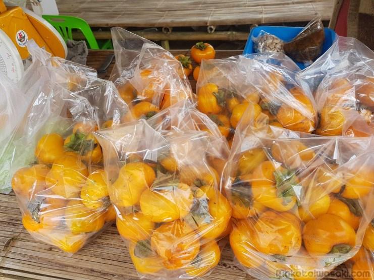 渋抜きした柿?色が薄い。甘みも薄い。2-3日放置してるとどろどろに溶けていく