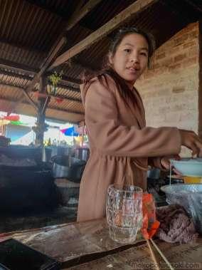 15歳がつくる市場のカオソイ。タイヤイ語を教えてくれる
