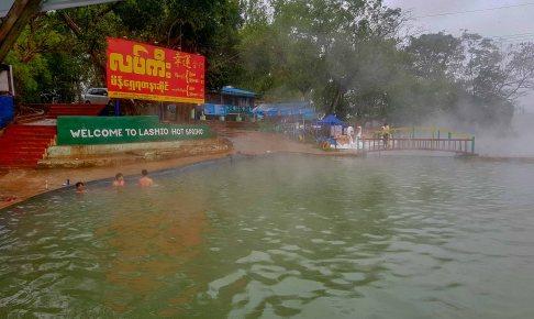 ラショ温泉は湯量豊富な掛け流し大プール:ミャンマービールで大当たり