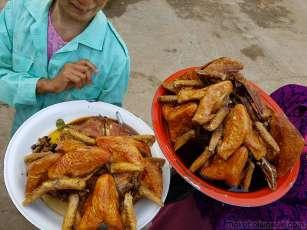 チキンの売人が道路脇に多いので止まってみる。埃かぶっていそうで、焼いている姿もみらっれないので鮮度に問題あり却下。