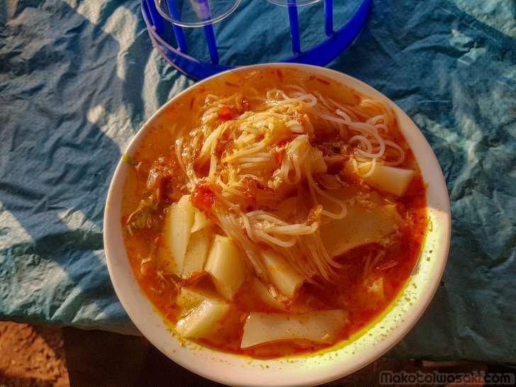 ムアンソウイの学校前で子供たちが食べていたもの。冷たい麺スープ。うまくない