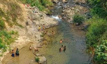 サコック村で川遊び:互助散髪、山焼き、ナムエ・プーロイ自然保護区